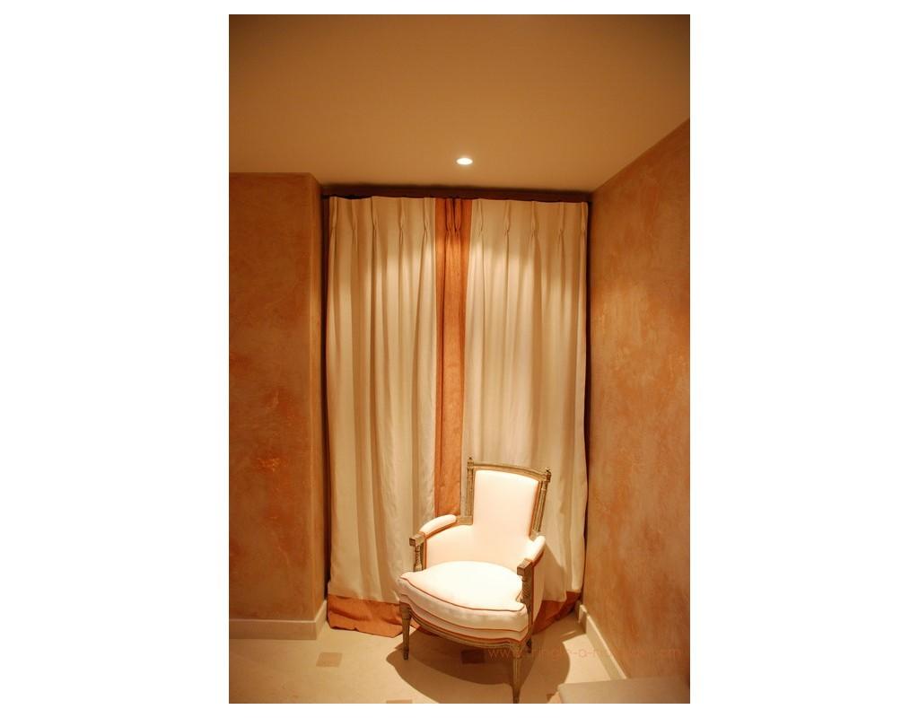 tringle rideaux mur mur entre murs mod le classique. Black Bedroom Furniture Sets. Home Design Ideas